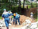 В микрорайоне «Семи ветров» спасатели начали укреплять берега реки
