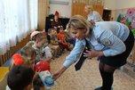 В Уссурийске Полицейский Дед Мороз передал подарки малышам детского дома малютки