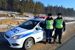 Сотрудники ДПС помогли на дороге дальнобойщику из Уссурийска