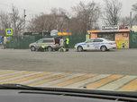 В Уссурийске инспекторы дорожно-патрульной службы помогли на дороге автоледи