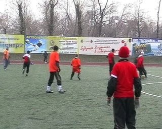 Школьники сражаются за победу в футбольном турнире