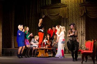 Благотворительный спектакль «Комната невесты» прошёл в уссурийском театре
