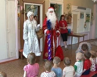 Брошенные родителями дети впервые увидели Деда Мороза и Снегурочку благодаря