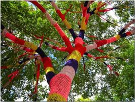 Центр народного творчества проводит акцию стрит-арт «Вязаная улица»
