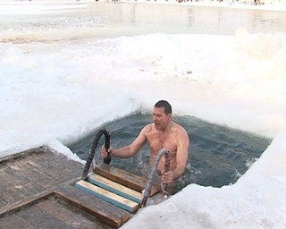 Крещение студеной крещенской водой
