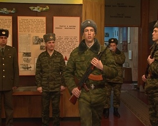 Мальчишки-детдомовцы знакомятся с армейской жизнью