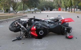 Сотрудник полиции выясняют причины дорожно-транспортного происшествия с участием двух мотоциклов в Уссурийске