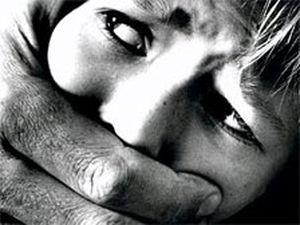 Педофил изнасиловал 12-летнюю внучку, являющейся и его дочерью, в Уссурийске