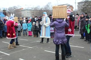 Жители Уссурийска гадали на валенках и водили хороводы на центральной площади