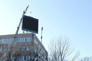 На крыше дома быта в Уссурийске незаконно установили экран