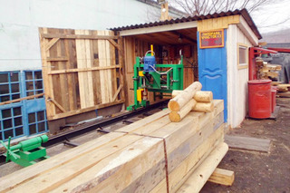 Заключенные в колонии Уссурийска делают бревенчатые дома на заказ