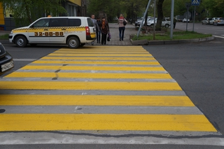 Трассу М60 в Уссурийске начали раскрашивать в желто-белый цвет