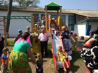 Детям из Уссурийска и сел округа подарили 15 новых игровых площадок