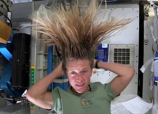 Карен Найберг показала, как мыть волосы в невесомости