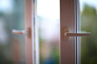 Двухлетняя девочка выпала из окна пятиэтажки в Уссурийске