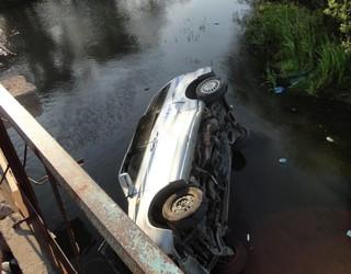 Водитель слетел на машине с моста по Уссурийском