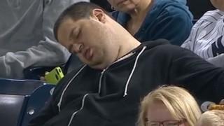 Болельщик, заснувший во время бейсбольного матча, требует $10 000 000 миллионов