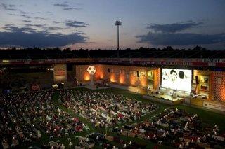 Стадион, переделанный в гигантский кинотеатр