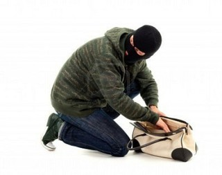 Женщину ограбили средь бела дня в Уссурийске