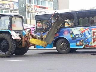 Трактор протаранил косой автобус с пассажирами в Уссурийске