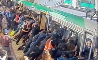 Пассажиры наклонили вагон поезда ради спасения попутчика