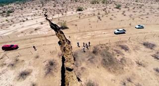 Огромная трещина расколола землю в Мексике