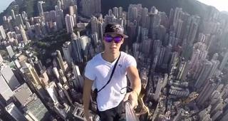 Самое страшное селфи: мужчина забрался на шпиль небоскреба в Гонконге