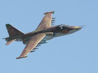ВВС РФ отработали приземление боевого самолета Су-25 под Уссурийском