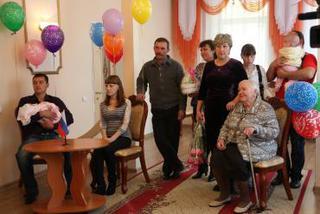 Двухтысячным ребенком Уссурийска в этом году стала Алиса Ненашева