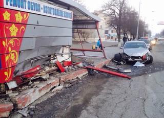 Toyota Mark врезался в остановку Пединститута в Уссурийске