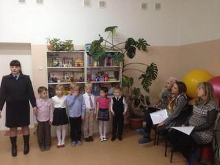 Дети вместе с сотрудниками ГИБДД провели обучающую акцию для будущих мам в Уссурийске