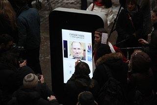 Памятник Джобсу, демонтированный в Петербурге, решили продать с аукциона и вывезти за границу