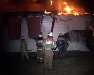 Деревянный дом выгорел полностью, в пожаре никто не пострадал