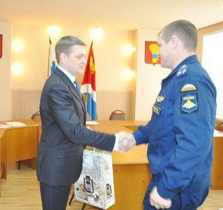 Глава администрации Евгений Корж поблагодарил военнослужащих за плодотворное взаимодействие
