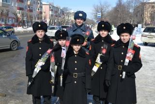 В Уссурийске сотрудники ГИБДД поздравили автолюбительниц с наступающим днем 8 Марта