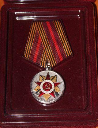 Юбилейные медали ветеранам вручил глава администрации УГО Евгений Корж