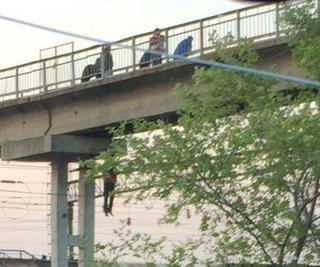 Молодой человек повесился на мосту в Новошахтинске