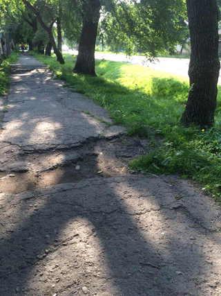 В Уссурийске начали ремонтировать тротуары