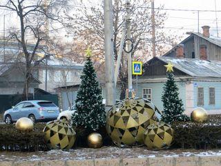 Дорожные кольца в Уссурийске необычно украсили к Новому году