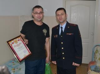 Полицейские поблагодарили жителя Уссурийска, предотвратившего тяжкое преступление