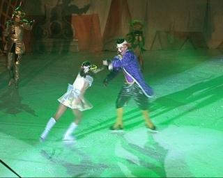 Элли, Храбрый лев и даже Тотошка - на коньках