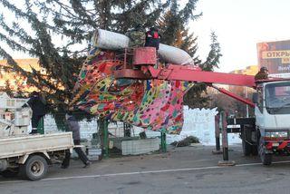 Украшение главной городской ели началось с монтажа хвоста Жар-птицы