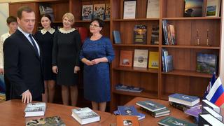 Дмитрий Медведев передал новые книги для школьной библиотеки села Пуциловка