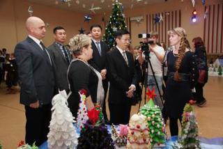 Китайские депутаты посетили традиционную выставку новогодних елок в Центре детского творчества
