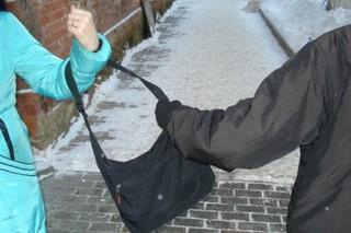 Подростки ограбили женщину на улице в Уссурийске