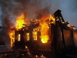 Труп мужчины обнаружили пожарные во время тушения огня в частном доме