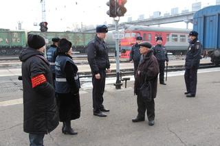 В Уссурийске транспортные полицейские и дружинники напомнили пассажирам правила поведения на вокзалах и в поездах
