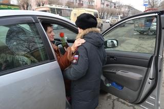 В Уссурийске полицейские и кадеты Суворовского училища поздравили женщин-водителей с 8 марта