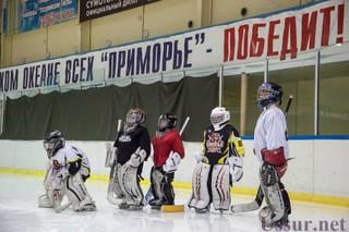 Тренеры хоккейного клуба «Адмирал» дали мастер-класс уссурийским голкиперам