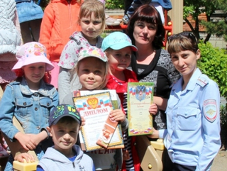 В Уссурийске сотрудники транспортной полиции наградили детей за участие в конкурсе «Полицейский Дядя Степа»